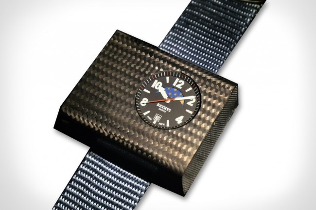 first-atomic-wristwatch-01
