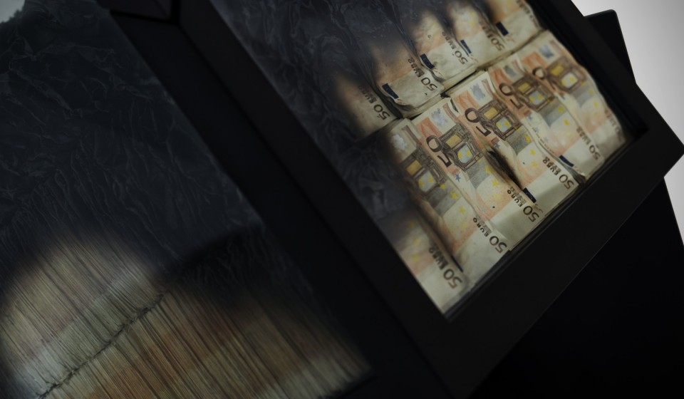 50 euro notes get scorched to make this table direkt concept - Table basse 50 euros ...